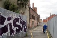 Zäune und Stacheldraht: trostlose Gasse in Belfast