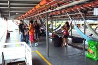 Hängematten als Schlafstätte auf einem Amazonas-Schiff