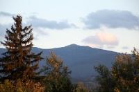 Blick auf die Bergkette des Karkonosze im Abendlicht