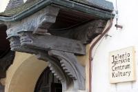 Holzschnitzerei am Jelenio Górskie Centrum Kultury
