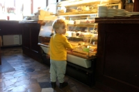 Bübchen sucht sich bei einem polnischen Bäcker Kuchen aus...