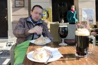 Gebäck und heißes Bier auf dem Marktplatz von Poznan (Posen)