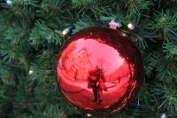 Spiegelung auf der Weihnachtskugel