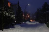 verschneite Straße in einer Siedlung
