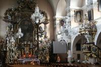 weihnachtlich geschmückte Kirche in Polen