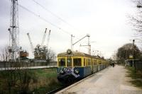 Einsamer Bahnhof mit Regionalzug am Rande von Gdynia