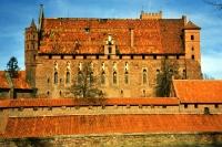 Die mittelalterliche Ordensburg Malbork / Marienburg am Fluss Nogat südlich von Gdansk / Danzig