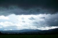 Dunkle Gewitterwolken ziehen auf