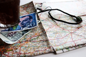 Landkarte und Geldscheine (DM und Franc)