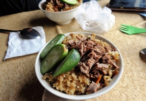 Landestypisches Essen im Speisewagen