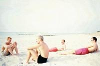 Die Jungs vom Segelprojekt Berlin-Sydney 2000 am Ostseestrand