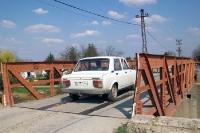 Ein Zastava auf einer Brücke im nordwestlichen Serbien