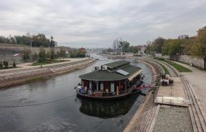 Schiff auf dem Fluss Nišava