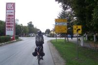 Lukoil-Tankstelle und Wegweiser nach J. Tomic in der serbischen Vojvodina