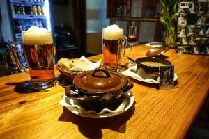 Bier und Speise in einem Restaurant