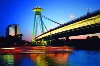 Brücke über die Donau im Abendlicht