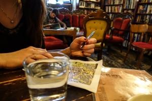Reiseplanung in einem Café
