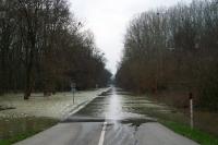 Überfluteter Grenzübergang zwischen Österreich und der Slowakei bei Hohenau