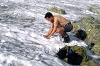 Waschen mit Schnee in der Bergen der Hohen Tatra