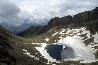 vereister Bergsee in der Hohen Tatra