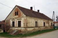 älteres Wohnhaus in einer slowenischen Ortschaft
