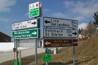 Wegweiser zum Mahnmal Eiserner Vorhang an der Grenze zwischen Österreich und Tschechien