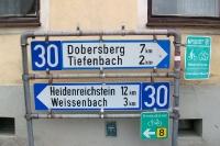 Wegweiser nach Dobersberg, Tiefenbach, Heidenreichstein und Weissenbach