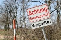 Achtung Staatsgrenze! Wegmitte! Grenze zwischen Österreich und Ungarn