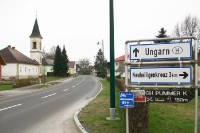Wegweiser nach Neuheiligenkreuz an der Grenze zu Ungarn