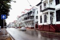 Straße in der Hauptstadt Paramaribo, Suriname