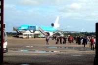 Flugzeug und Passagiere auf dem Johan Adolf Pengel International Airport bei Paramaribo / Zanderij