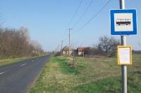 Bushaltestelle in der Einsamkeit Ungarns