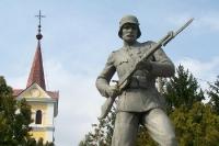 Denkmal in einer Ortschaft nahe der ungarisch-serbischen Grenze