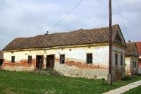 alte Wohnhäuser in einer ungarischen Ortschaft nahe der Grenze zu Serbien