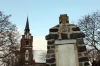 Kirche und Gedenkstein (1. Weltkrieg) in Münchehofe