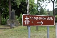 Wegweiser: Kriegsgräberstätte / Soldatenfriedhof in Halbe