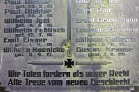 Einschusslöcher (2. Weltkrieg) in einem Denkmal (1. Weltkrieg)