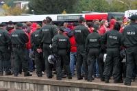 Fans und Ultras des 1. FC Köln in Polizeibegleitung