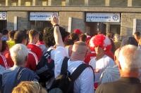 Anhänger des 1. FC Köln vor dem Berliner Olympiastadion am Einlass