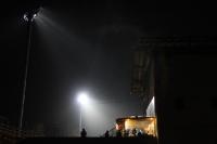 Haupttribüne des Bruno-Plache-Stadions in Leipzig bei Flutlicht