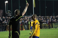 Der Schiedsrichter zeigt die gelbe Karte ...