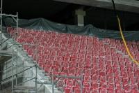 abgedeckte Sitzschalen auf der neuen Tribüne