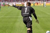 Torhüter Jan Glinker bei einem Abstoß (gegen den SV Werder Bremen)