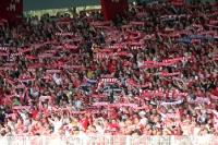 Anhänger des 1. FC Union Berlin halten ihre Schals hoch