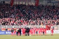 Mannschaft & Fans feiern den 4:0-Sieg gegen Dynam0 Dresden, 11.02.2012