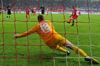Torsten Mattuschka verwandelt gegen Duisburg einen Strafstoß
