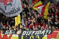 Union-Fans zeigen ein Braunschweig-Shirt