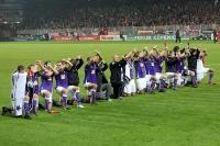 Spieler von Erzgebirge Aue feiern den Punktgewinn bei Union