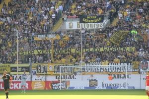 Aachener Protest gegen Investor mit Spruchbänder