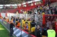Spieler von Alemannia Aachen im Gespräch mit den enttäuschten Fans